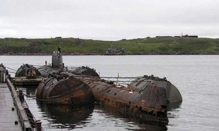 The discarded Soviet submarine K-159 (Bellona Foundation)