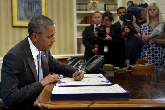 US President Barack Obama signs the Freedom of Information (FOIA) Improvement Act into law in the Oval Office of the White House in Washington on June 30, 2016. (BRENDAN SMIALOWSKI/AFP/Getty Images)