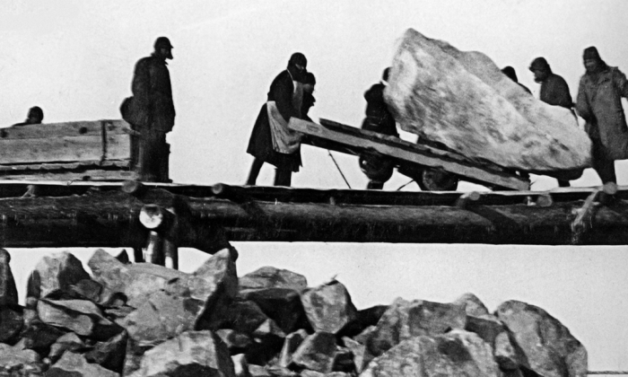 Prisoner labor at the construction of the White Sea – Baltic Canal, 1931–33 (Public Domain)