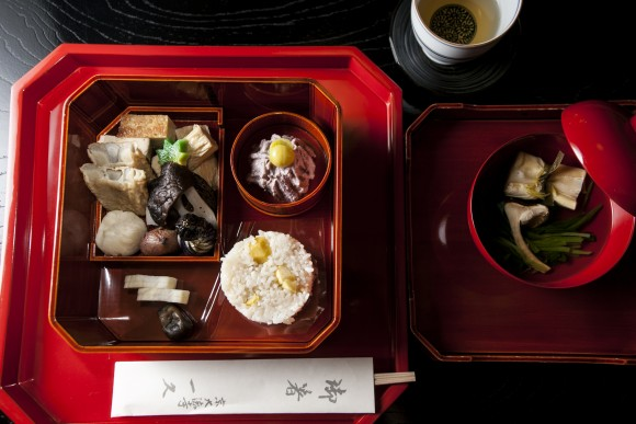 Matsutake mushroom and spinach soup, alongside a lacquer tray of vegetarian bites from Ikkyu. (Annie Wu/Epoch Times)