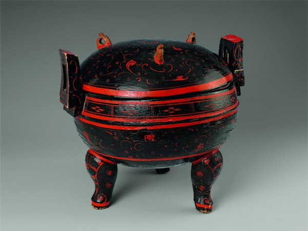 Tripod food container (Ding) with cloud pattern, Western Han Dynasty (206 B.C.–A.D. 9), 2nd century B.C. Lacquer over wood, Hunan Provincial Museum. (The Metropolitan Museum of Art)