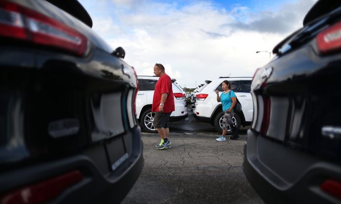 Shoppers at a car dealership in Hollywood, Fla. (Photo by Joe Raedle/Getty Images)