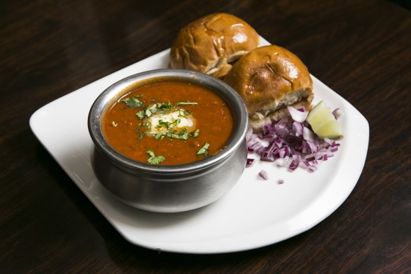 Pav Bhaji served with buttered bread rolls. (Samira Bouaou/Epoch Times)