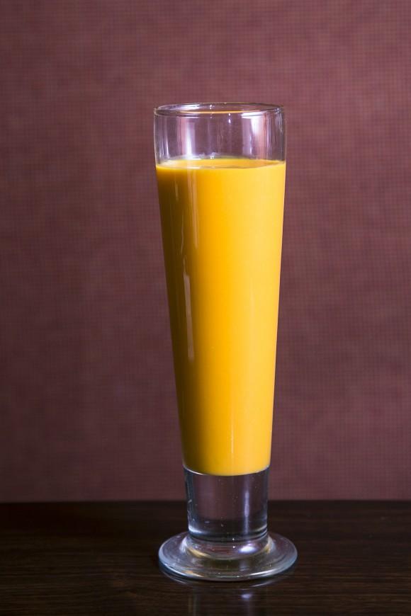 A refreshing mango lassi. (Samira Bouaou/Epoch Times)