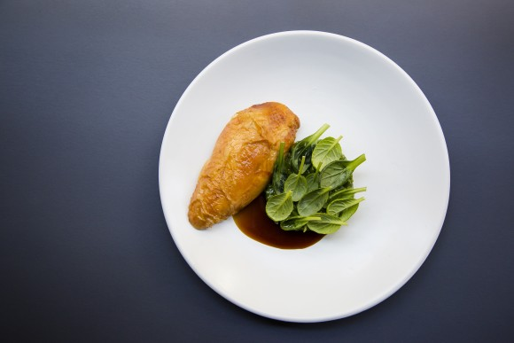 Roasted chicken with barley ragù, green garbanzo beans, and young spinach. (Samira Bouaou/The Epoch Times)