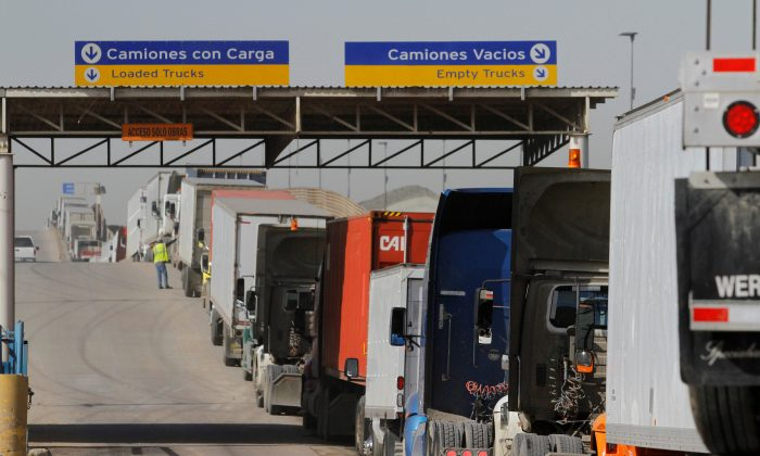 Trucks wait in a long queue for border customs control to cross into the U.S. at the Otay border crossing in Tijuana, Mexico, on Feb. 2, 2017. (REUTERS/Jorge Duenes)