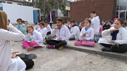 Yennyfer Quartino and her sixth-grade students doing the Falun Dafa exercises in the courtyard at a school in Montevideo, Uruguay. (Minghui.org)