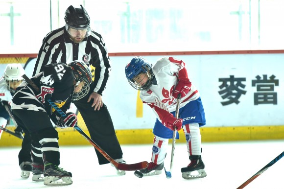 Faceoff between Beijing Little Wolves and HKIHA X in their last Pool match of the Mini Squirts A division on Friday April 28. (Bill Cox/Epoch Times)