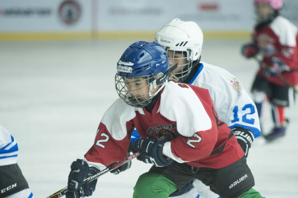 Singapore Ice Dragons (Red) playing against Wuhan Maple Leafs in the Mini Squirts B division on Friday April 28, 2017. (Bill Cox/Epoch Times)