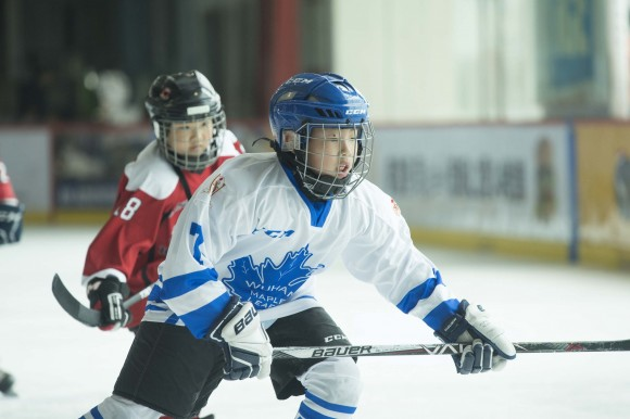 Wuhan Maple Leafs (white) attack against Singapore Ice Dragons in the Mini Squirts B division on Friday April 28, 2017. (Bill Cox/Epoch Times)