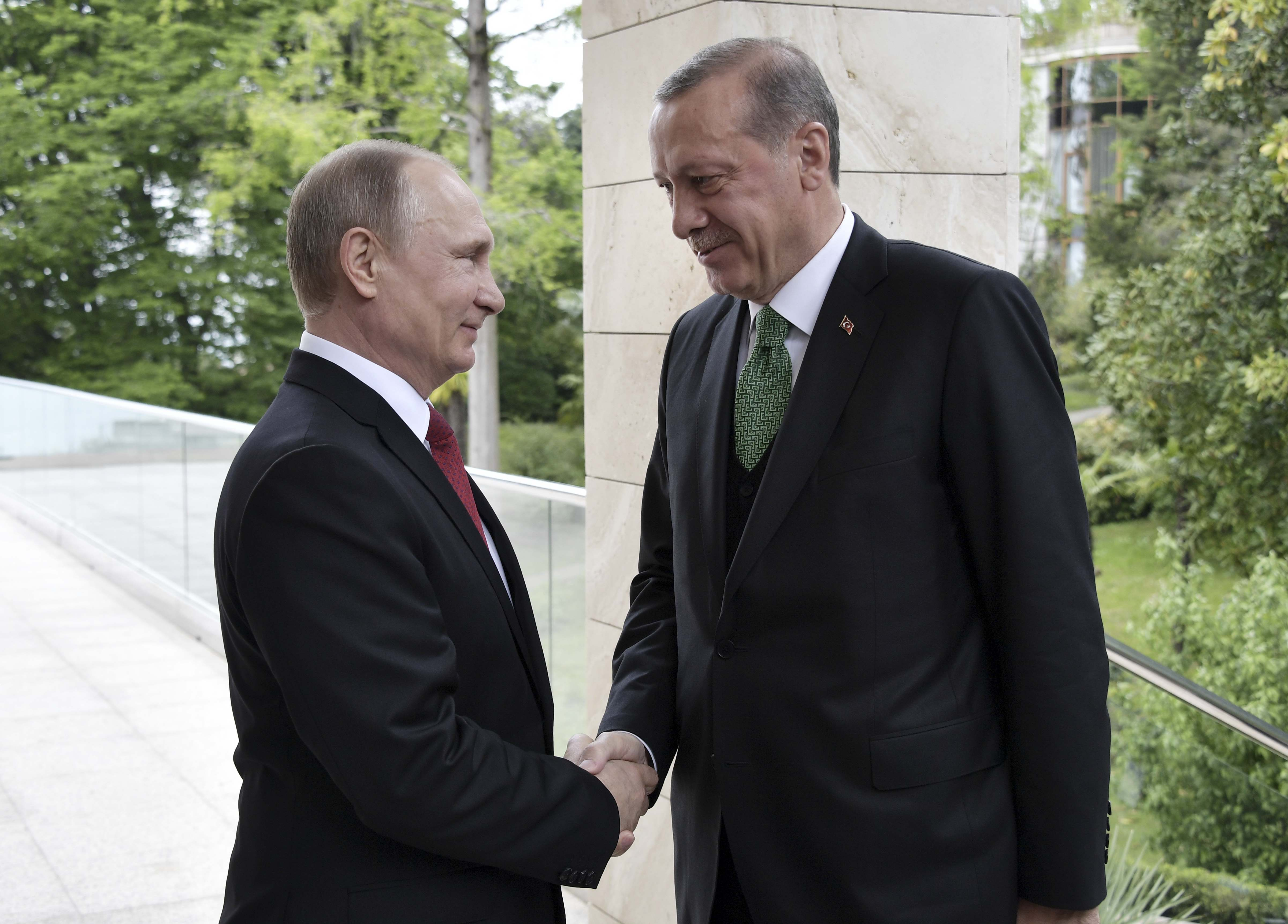 Russian President Vladimir Putin (L) shakes hands with his Turkish counterpart Tayyip Erdogan during a meeting in Sochi, Russia on May 3, 2017. (Sputnik/Alexei Nikolsky/Kremlin via REUTERS)