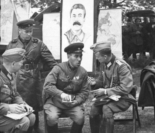 Soviet and German officers socializing during a victory parade in Poland, 1939. (Bundesarchiv, Bild/CC-BY-SA 3.0)