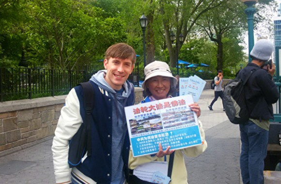 Television actor Ronald Woolhead (L) poses with a Falun Dafa practitioner at Union Square, New York, on May 11, 2017. (Caroline Zhang/The Epoch TImes)