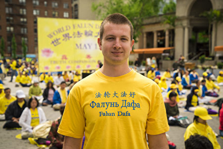 Roman Ponomarev, a Falun Dafa practitioner from Russia, in Union Square, New York City on May 11, 2017. (Xie Dongyan/The Epoch Times)