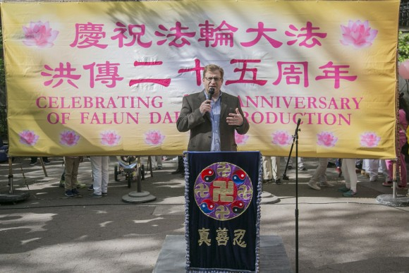 Levi Browde, the executive director of the Falun Dafa Information Center, speaks at a World Falun Dafa Day rally on May 12, 2017. (Cao Jingzhe/The Epoch Times)