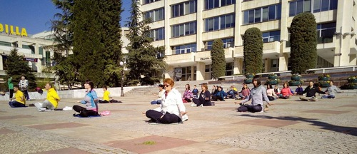 Practitioners doing the exercises in downtown Stara Zagora (Minghui.org).