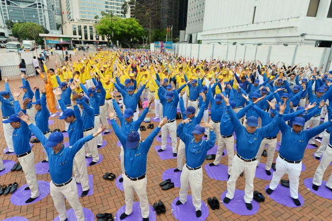 About 1,200 Falun Dafa practitioners from Hong Kong and neighboring countries  perform Falun standing exercises at Edinburgh Place, Hong Kong, on April 23, 2017. (Song Bilong/The Epoch Times)