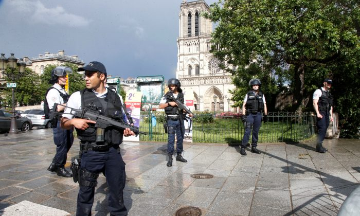 French police stand at the scene of a shooting incident near the Notre Dame Cathedral in Paris, France on June 6, 2017. (REUTERS/Charles Platiau)