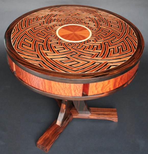 A puzzle box table. (Kagen Sound)