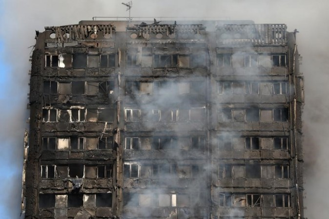Smoke billows from a tower block severly damaged by fire, in West London, Britain on June 14, 2017. (REUTERS/Neil Hall)