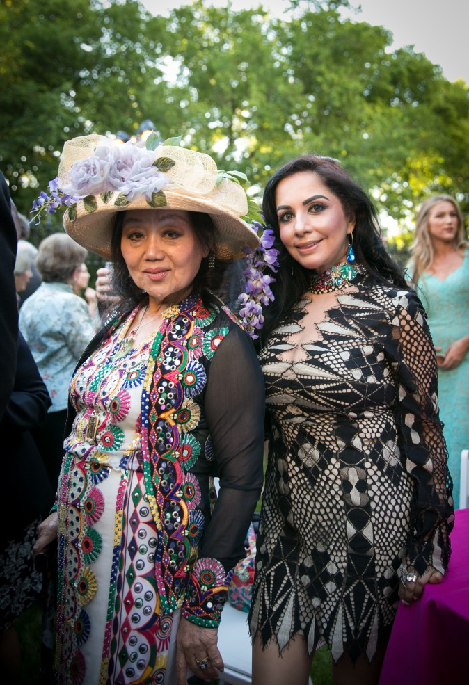 Eiko Assael and her guest. (Benjamin Chasteen/The Epoch Times)