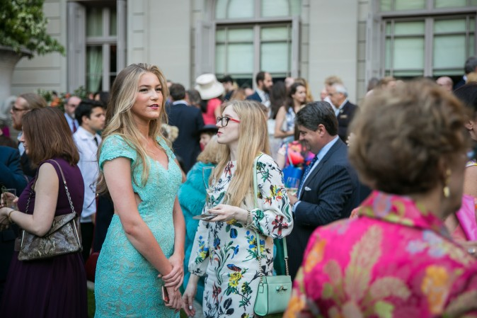 Guests mingle in the Frick's Fifth Avenue Garden. (Benjamin Chasteen/The Epoch Times)