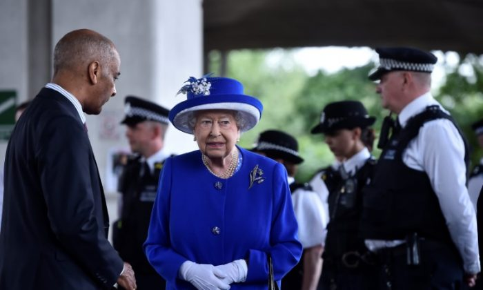 Britain's Queen Elizabeth meets police officers near the scene of the the fire that destroyed the Grenfell Tower block, in north Kensington, West London, Britain on June 16, 2017. (REUTERS/Hannah McKay)