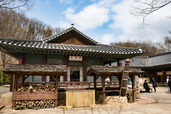 A restaurant at the Korean Folk Village in the city of Yongin. (Benjamin Chasteen/The Epoch Times)