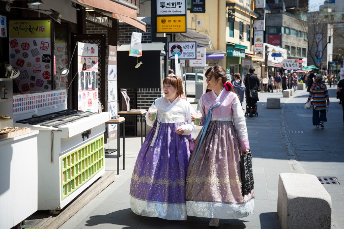 Women dressed in hanbok at the Insadong Market in Seoul, South Korea. (Benjamin Chasteen/The Epoch Times)
