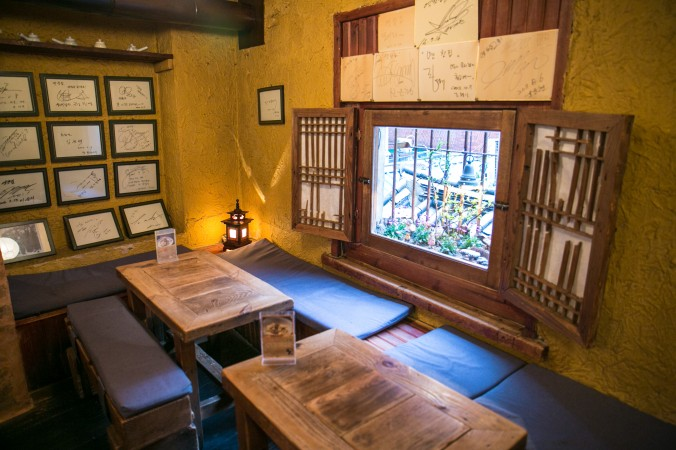 Inside a traditional Korean teahouse in the Insadong Market in Seoul, South Korea.  (Benjamin Chasteen/The Epoch Times)