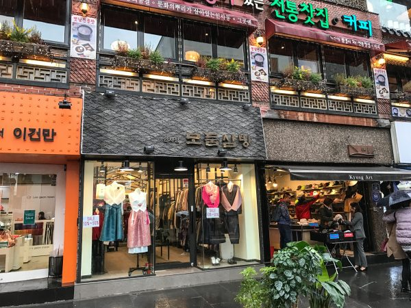 Stores at the Insadong Market in Seoul. (Benjamin Chasteen/The Epoch Times)