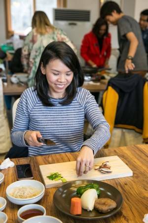 Learning how to cook the Royal Court Rice Pasta dish, called tteokbbokki, at the Jeong Gang Won institute.  (Benjamin Chasteen/The Epoch Times)