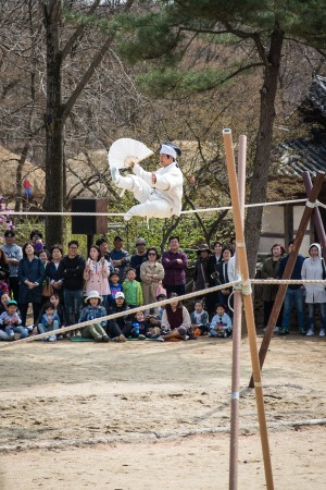 A tightrope performance at the Korean Folk Village. (Benjamin Chasteen/The Epoch Times)