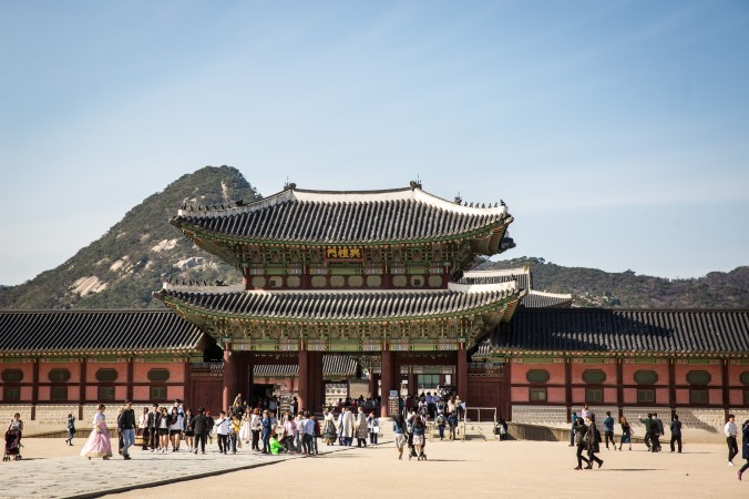 Visitors going into the Gyeongbokgung Palace. (Benjamin Chasteen/The Epoch Times)