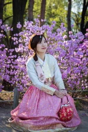 A woman near the pavilion in the Gyeongbokgung Palace. (Benjamin Chasteen/The Epoch Times)