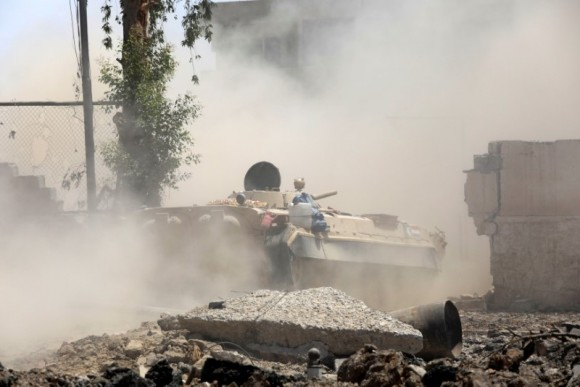 An Iraqi military tank advances towards the Islamic State militants positions in the Old City in western Mosul, Iraq June 18, 2017. (Reuters/Erik De Castro)
