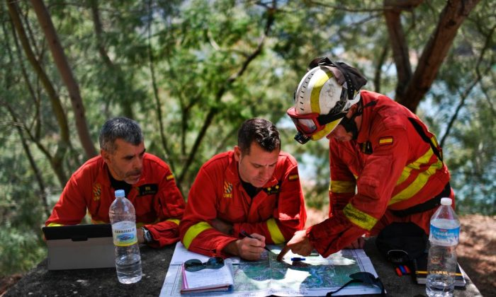 Spanish military firefighters from the Emergency Military Unit (UME) plan operations at Cernache de Bomjardim in Serta on June 20, 2017. (PATRICIA DE MELO MOREIRA/AFP/Getty Images)