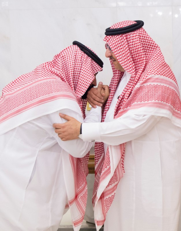Newly appointed Crown Prince Mohammed bin Salman (L) kisses the hand of Prince Mohammed bin Nayef in Mecca, Saudi on June 21, 2017. (Saudi Press Agency/Handout via REUTERS)