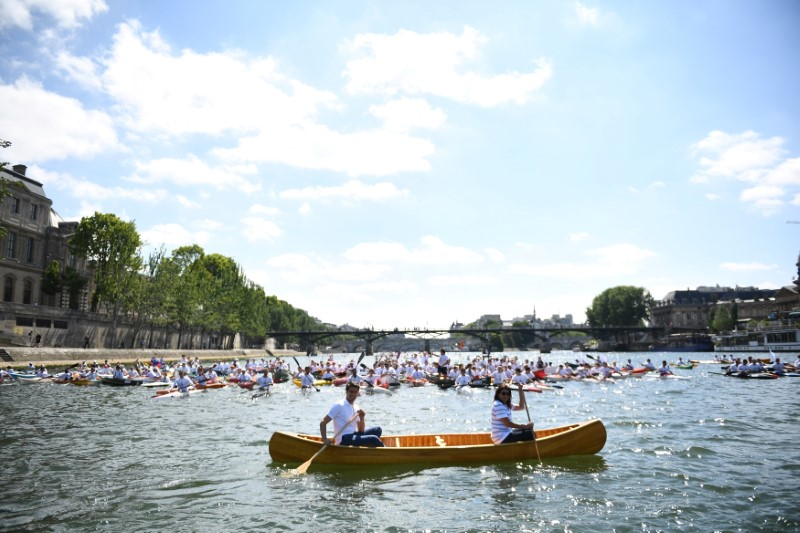 Paris Mayor Anne Hidalgo (R) and the co-president of the Paris bid for the 2024 Olympics Tony Estanguet paddle on the Seine River in Paris, France, June 23, 2017. Paris is transformed into a giant Olympic park to celebrate International Olympic Days with a variety of sporting events for the public across the city during two days as the city bids to host the 2024 Olympic and Paralympic Games.  REUTERS/Martin Bureau/Pool