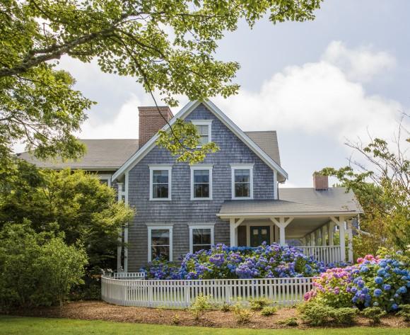 Summer is hydrangea season in Nantucket, Mass.. (Samira Bouaou/The Epoch Times)