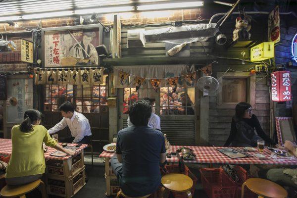 Dining underneath the Shinbashi train tracks. (Annie Wu/The Epoch Times)