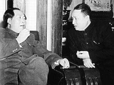 Journalist Fan Changjiang (R) meeting with CCP leader Mao Zedong.