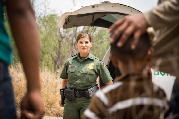 Marlene Castro, supervisory Border Patrol agent, speaks to a group of illegal aliens who just crossed the Rio Grande from Mexico into the United States in Hidalgo County, Texas, on May 26, 2017. (Benjamin Chasteen/The Epoch Times)