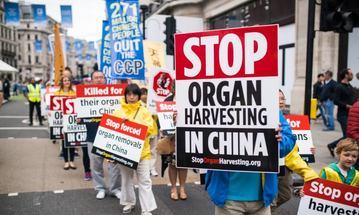 Peaceful protestors march through London calling for an end to the 18-year-long persecution of Falun Gong. (Yanning Qi/The Epoch Times)