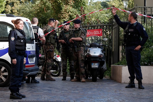 Police and soldiers secure the scene where French soliders were hit and injured by a vehicle in the western Paris suburb of Levallois-Perret, France, August 9, 2017. (REUTERS/Benoit Tessier)