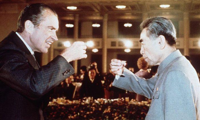 President Richard Nixon (L) toasts with Chinese Prime Minister, Chou En Lai (R) in February 1972 in Beijing during his official visit in China. Le prTsident amTricain Richard Nixon (G) trinque avec le leader communiste chinois Chou En Lai (D) en fTvrier 1972 a Pekin, lors de son voyage officiel en Chine. (AFP/Getty Images)