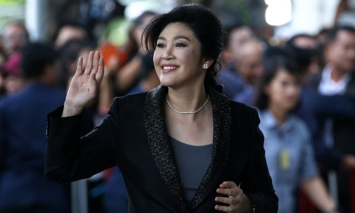 Ousted former Thai prime minister Yingluck Shinawatra greets supporters as she arrives at the Supreme Court in Bangkok, Thailand on August 1, 2017. (REUTERS/Athit Perawongmetha)