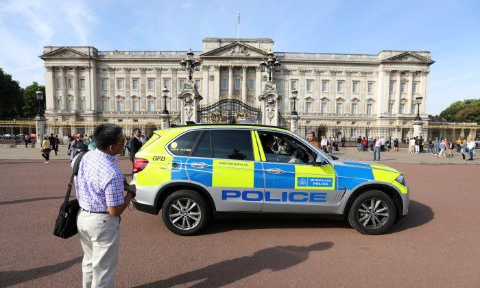 A police vehicle patrols outside Buckingham Palace in London, Britain August 26, 2017. (REUTERS/Paul Hackett)