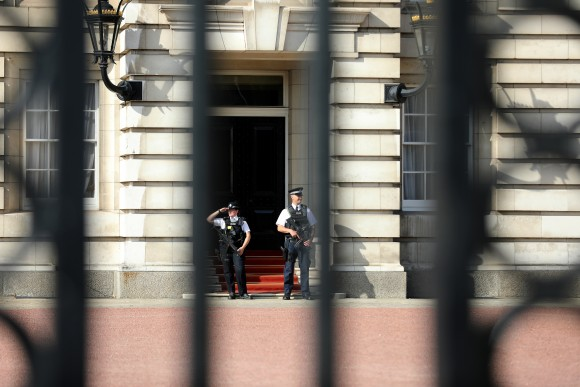 Police officers are seen on duty within the grounds of Buckingham Palace in London, Britain August 26, 2017. (REUTERS/Paul Hackett)