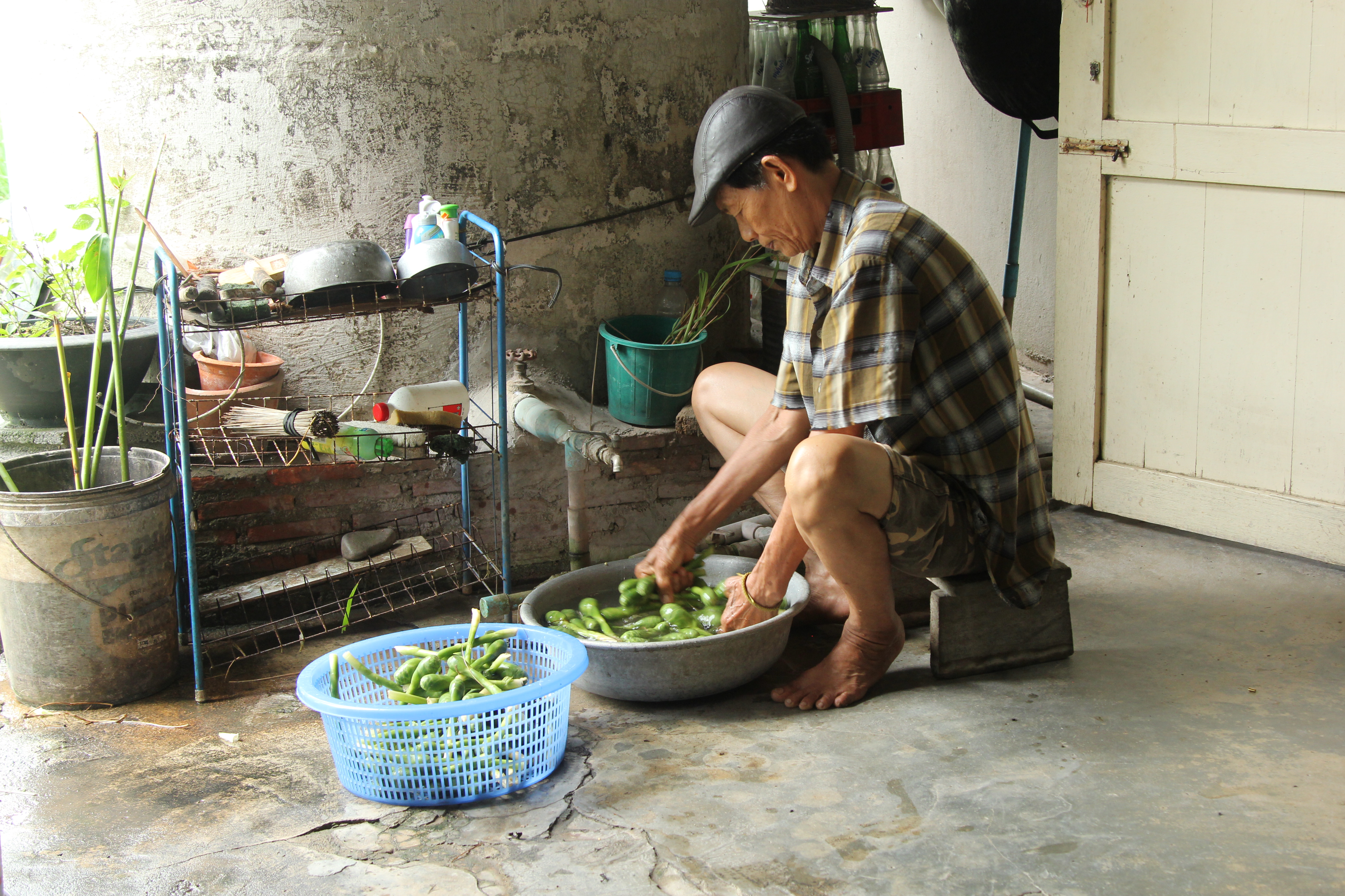 Nangsao Chonghaanotai washes vegetables in Map Ta Phut, Thailand, where residents are unable to easily access information about whether their water is safe for irrigation, drinking, or other uses. (Laura Villadiego)